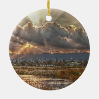 Rayos en la puesta del sol adorno navideño redondo de cerámica