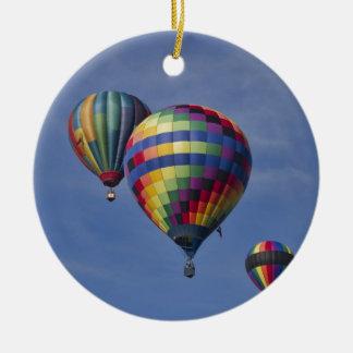 Raza colorida del globo del aire caliente adorno navideño redondo de cerámica