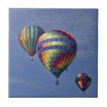 Raza colorida del globo del aire caliente azulejos ceramicos