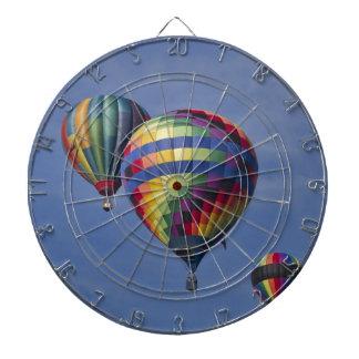 Raza colorida del globo del aire caliente tabla dardos