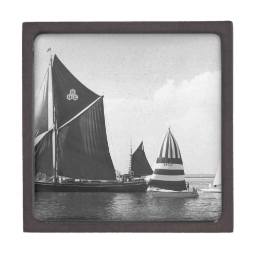 Raza de la gabarra de Thames con el flotilla de bo Cajas De Recuerdo De Calidad