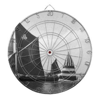 Raza de la gabarra de Thames con el flotilla de bo Tabla Dardos