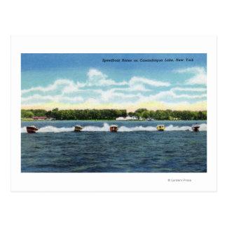 Razas de la lancha de carreras en el lago postal
