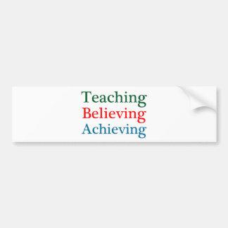 Realización de creencia de enseñanza etiqueta de parachoque