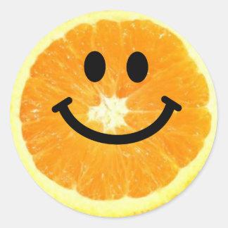 Rebanada anaranjada sonriente pegatina redonda