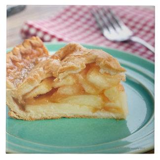 Rebanada de empanada de manzana cocida fresca en l azulejo cuadrado grande