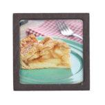 Rebanada de empanada de manzana cocida fresca en l caja de joyas de calidad