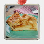 Rebanada de empanada de manzana cocida fresca en l ornamentos para reyes magos