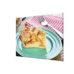 Rebanada de empanada de manzana cocida fresca en l impresiones en lienzo estiradas