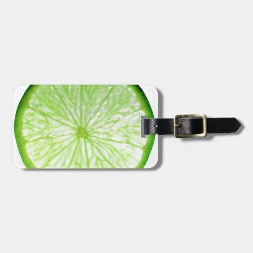 Rebanada de la fruta de la cal aislada sobre el etiquetas para maletas