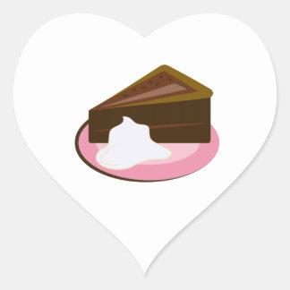 Rebanada de la torta de chocolate pegatina en forma de corazón