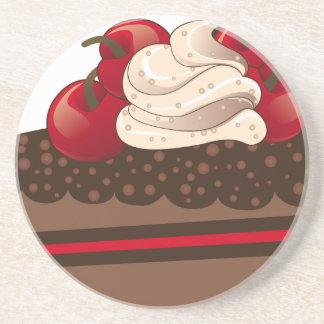 Rebanada de la torta de chocolate posavaso para bebida