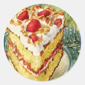 Rebanada de pastel de capas blanco con las fresas pegatina redonda