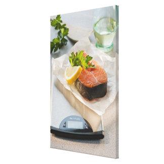 Rebanada de salmones en escala del peso lona envuelta para galerias