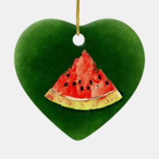 Rebanada de sandía en fondo verde adorno navideño de cerámica en forma de corazón