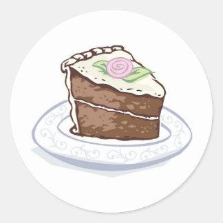 Rebanada de torta de chocolate con acento color de pegatina redonda