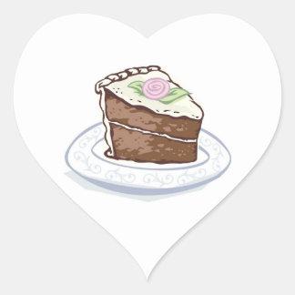 Rebanada de torta de chocolate con el acento color pegatina en forma de corazón