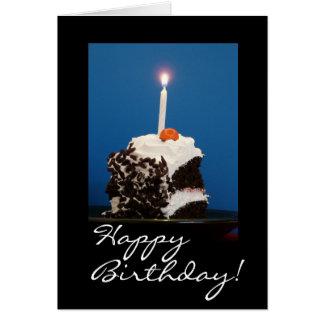 Rebanada de torta del bosque negro con la vela tarjeta de felicitación
