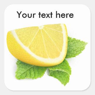 Rebanada del limón con la hoja de la menta pegatina cuadrada