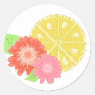 Rebanada del limón con los flores de la flor pegatina redonda