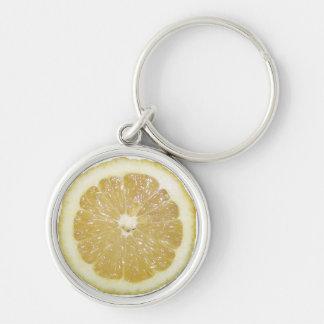 Rebanada del limón llavero redondo plateado