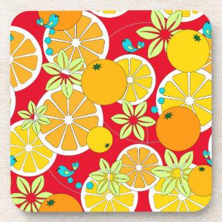 Rebanadas anaranjadas con sabor a fruta y pájaros posavasos de bebidas
