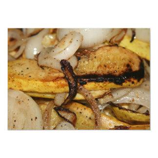 Rebanadas asadas a la parrilla de la cebolla y invitación 12,7 x 17,8 cm