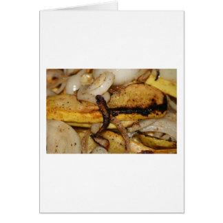 Rebanadas asadas a la parrilla de la cebolla y tarjeta pequeña
