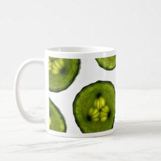 Rebanadas atractivas de pepino taza de café