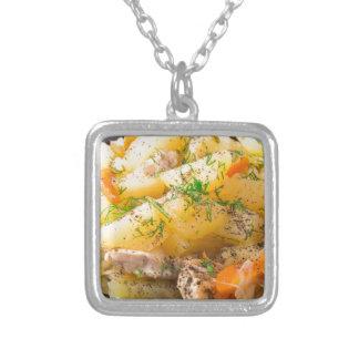 Rebanadas de patatas guisadas, pollo, zanahoria collar plateado
