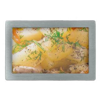 Rebanadas de patatas guisadas, pollo, zanahoria hebilla de cinturon rectangular