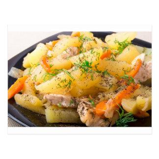 Rebanadas de patatas guisadas, pollo, zanahoria postales