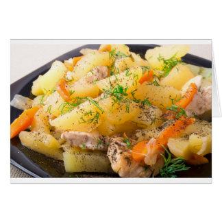 Rebanadas de patatas guisadas, pollo, zanahoria tarjeta de felicitación
