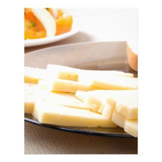 Rebanadas de queso y de pan en un primer de la membretes personalizados