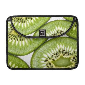 Rebanadas jugosas del kiwi fundas para macbooks