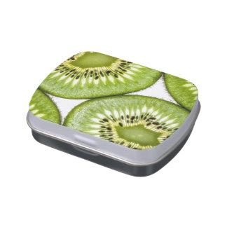 Rebanadas jugosas del kiwi latas de dulces