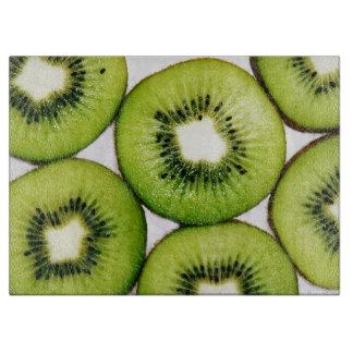 Rebanadas jugosas y vibrantes de la fruta de kiwis tablas de cortar