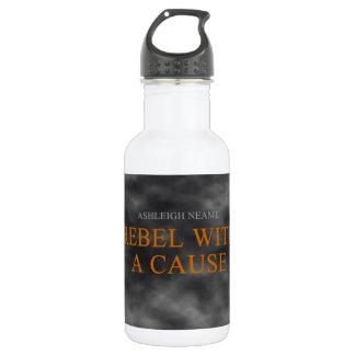 Rebelde con una botella de la bebida de la causa