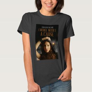 Rebelde con una camiseta de la causa playera
