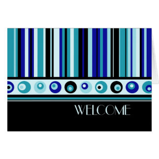 Recepción del empleado de las rayas azules a la tarjeta pequeña
