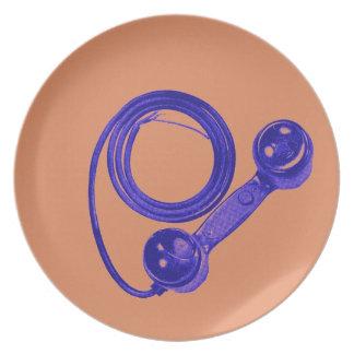 Receptor de teléfono púrpura del vintage con la pl plato de cena
