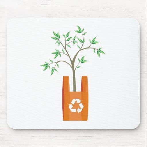 reciclaje de símbolo de las flechas en un bolso tapetes de ratones