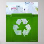 Reciclando el logotipo cortado del plástico verde poster