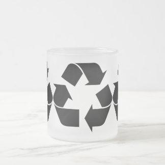 Reciclando el símbolo - negro taza