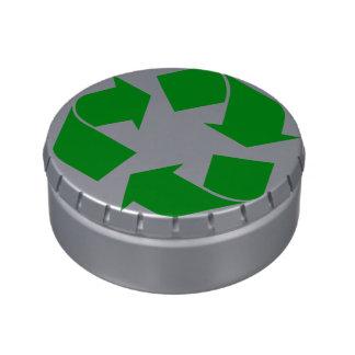 Reciclando el símbolo - verde latas de dulces