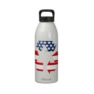 Reciclando símbolo - blanco y azul rojos botella de beber