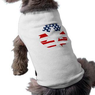Reciclando símbolo - blanco y azul rojos camisa de perro