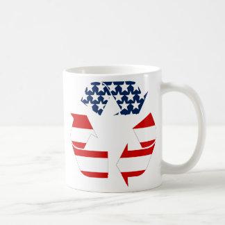 Reciclando símbolo - blanco y azul rojos taza de café