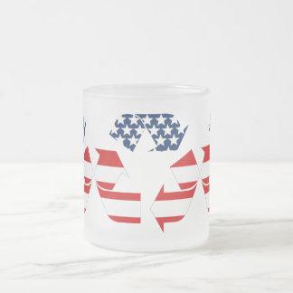 Reciclando símbolo - blanco y azul rojos taza