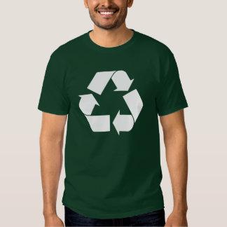 Recicle la camisa oscura básica